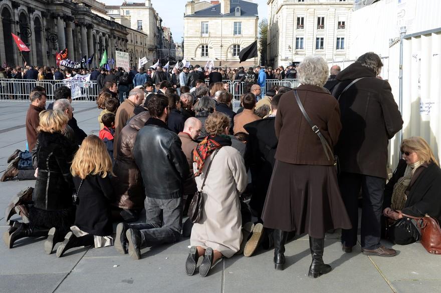 7766893994_une-cinquantaine-de-fideles-prient-contre-l-avortement-face-a-300-militants-pro-ivg-le-16-novembre-a-bordeaux.jpg