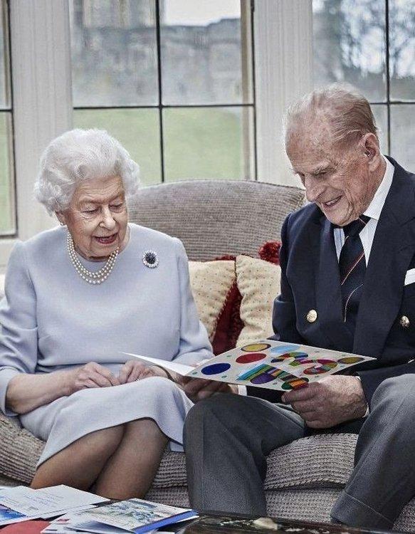 La-reine-Elizabeth-II-et-le-prince-Philip-ont-ete-vaccines-contre-le-Covid-19 (1).jpg