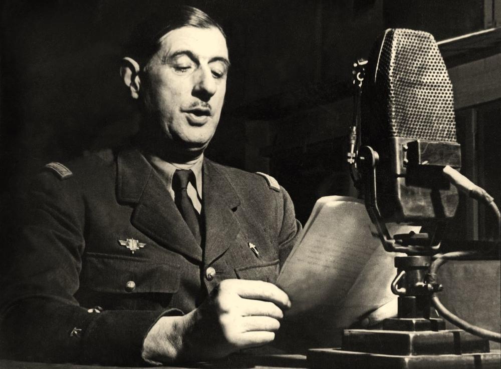 Charles_de_Gaulle_au_micro_de_la_BBC.jpg
